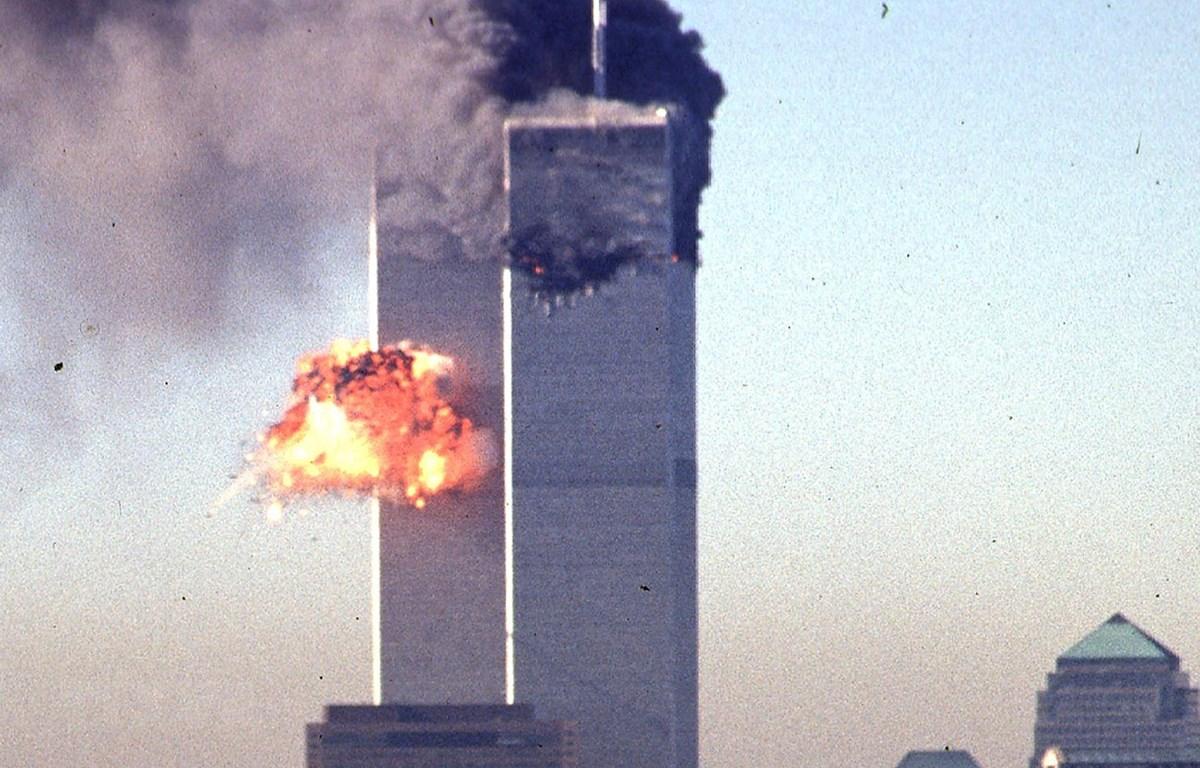 Tòa tháp đôi Trung tâm thương mại thế giới tại New York, Mỹ, bị tấn công ngày 11/9/2001. (Ảnh: AFP/TTXVN)