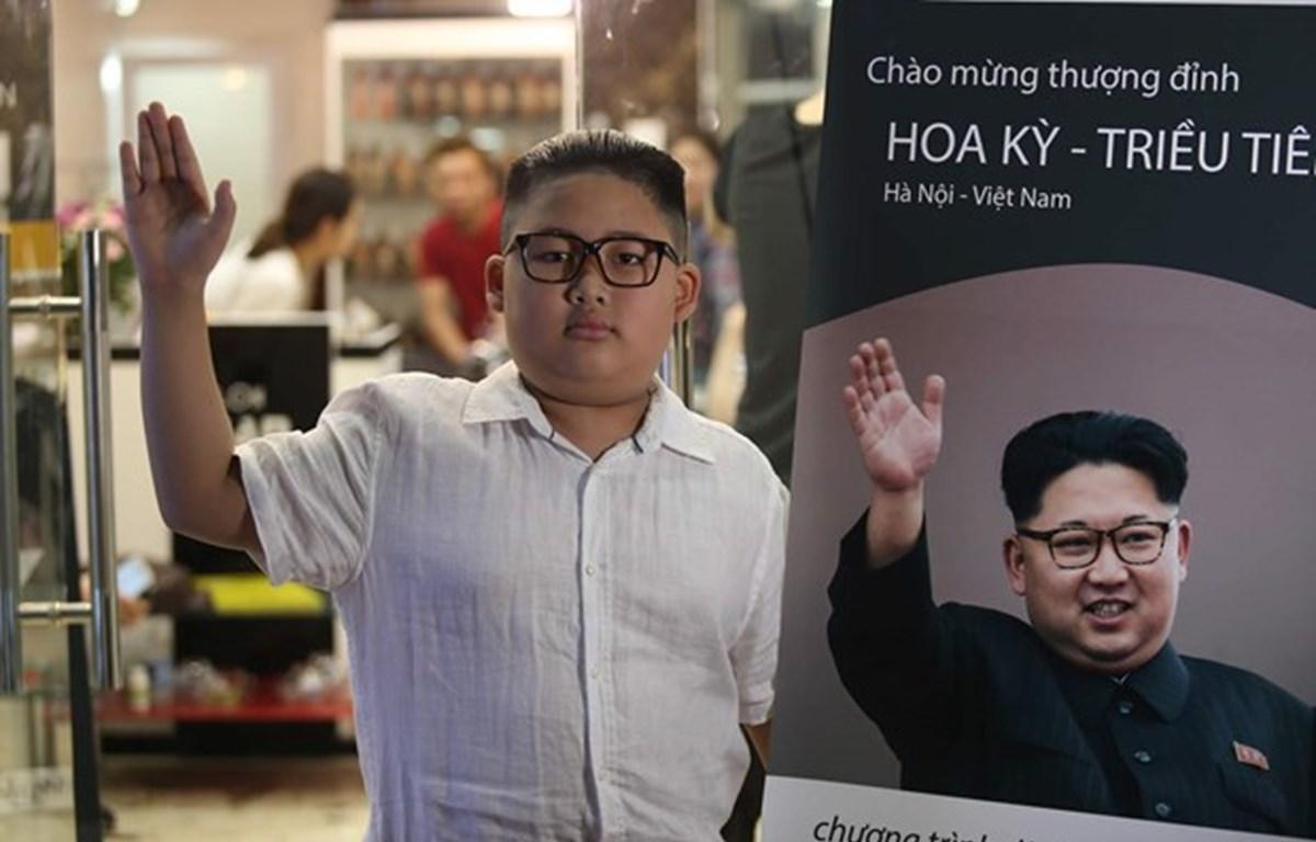 Một khách hàng nhí tỏ ra 'nghiêm túc' khi vừa được cắt kiểu đầu giống nhà lãnh đạo Triều Tiên Kim Jong-un. (Ảnh: Minh Sơn/Vietnam+)