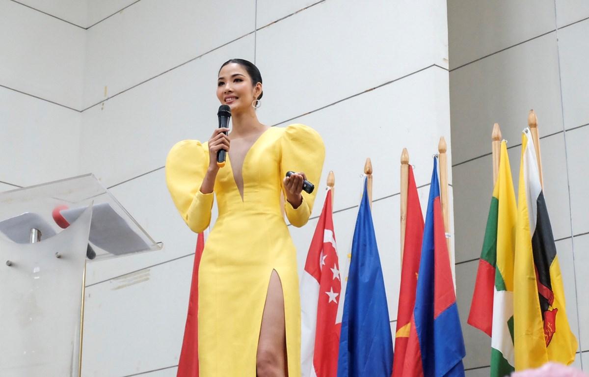Á Hậu Hoàng Thùy, diễn giả chính của chương trình Asean Youth Engagement Summit 2019 vừa qua, tại Philippines. (Ảnh: Danah Pascual/Vietnam+)