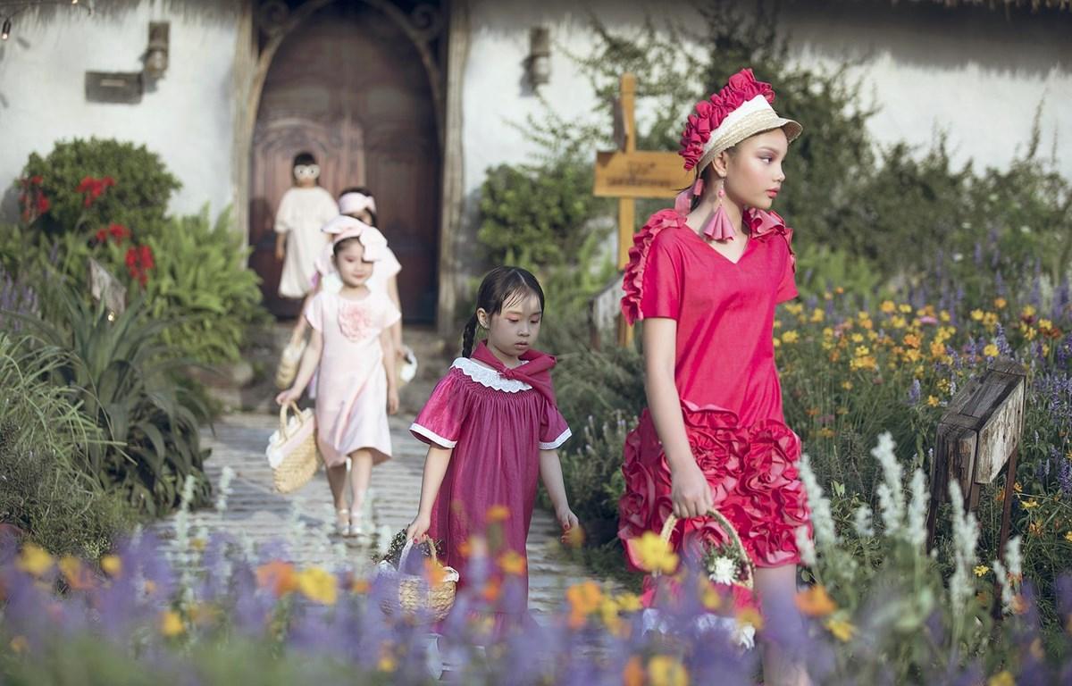 Sàn diễn của sự kiện trong vườn hoa vào mùa thứ 5. (Ảnh: CTV/Vietnam+)