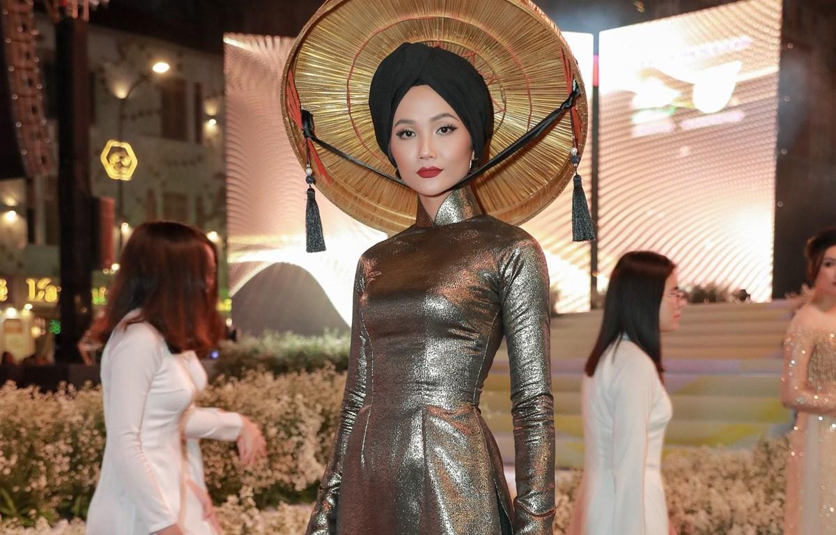 H'Hen Niê trong đêm Lễ hội Áo dài Thành phố Hồ Chí Minh vừa qua. (Ảnh: Thiên An/Vietnam+)