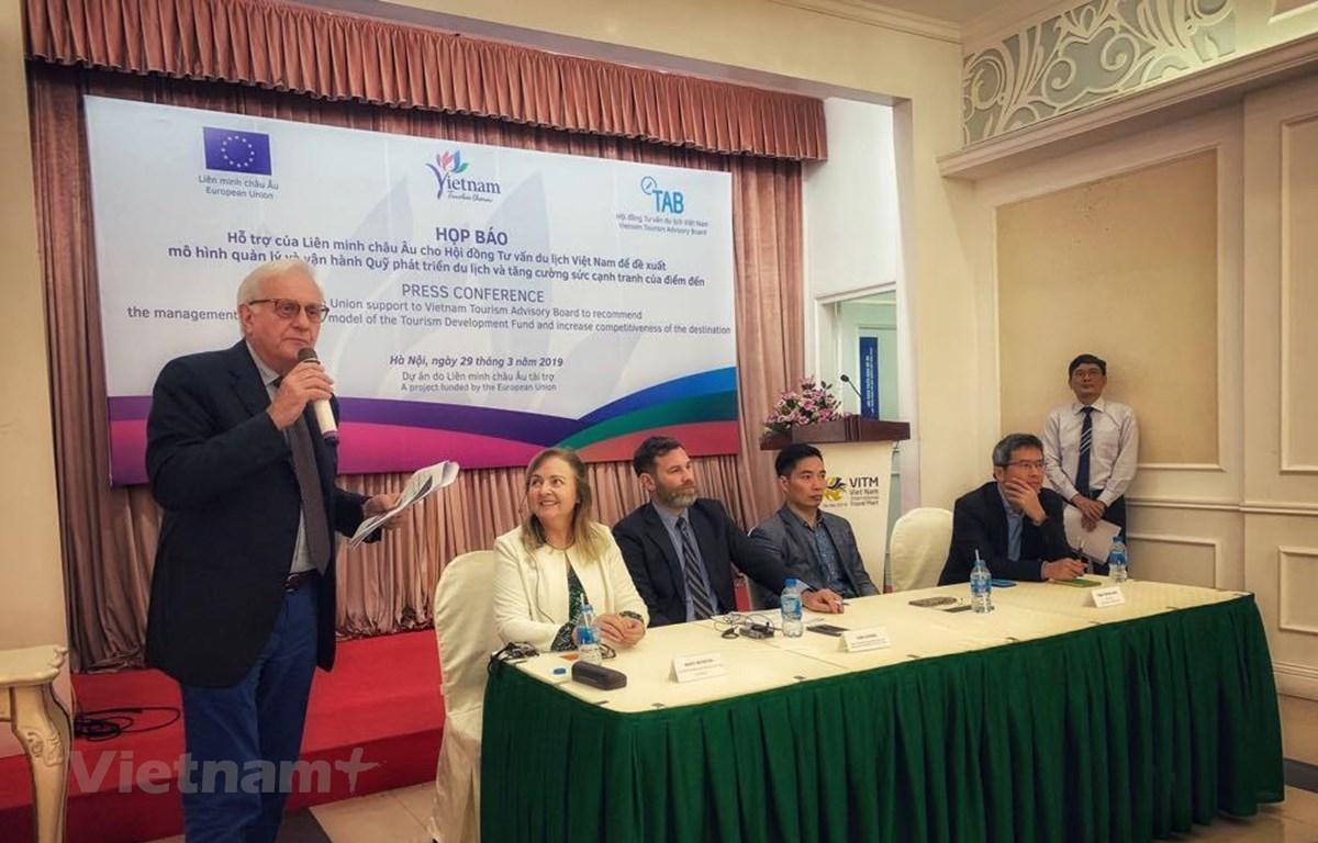 Chuyên gia của Phái đoàn Liên minh châu Âu tại Việt Nam chia sẻ về kế hoạch của dự án. (Ảnh: M.Mai/Vietnam+)