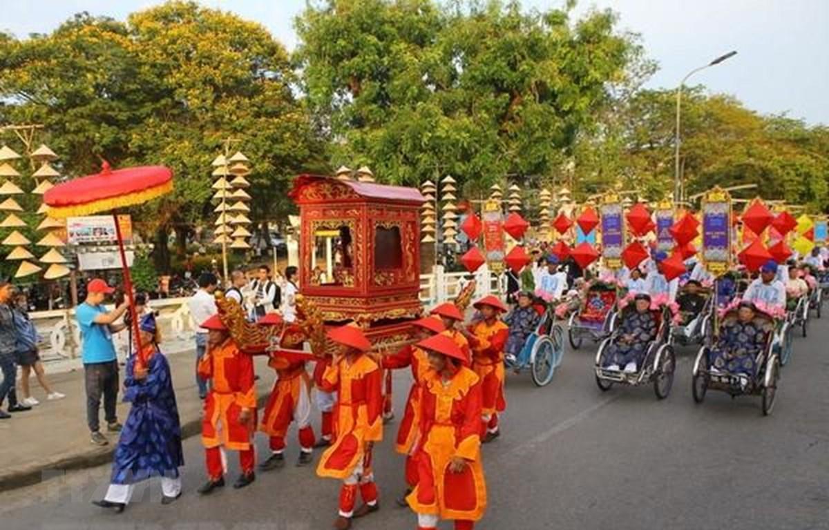 Đoàn rước trong nghi thức Lễ tế Tổ bách nghệ và Lễ rước tôn vinh nghệ nhân, làng nghề tại Thừa Thiên-Huế, trên đường Lê Lợi. (Ảnh: Hồ Cầu/TTXVN)