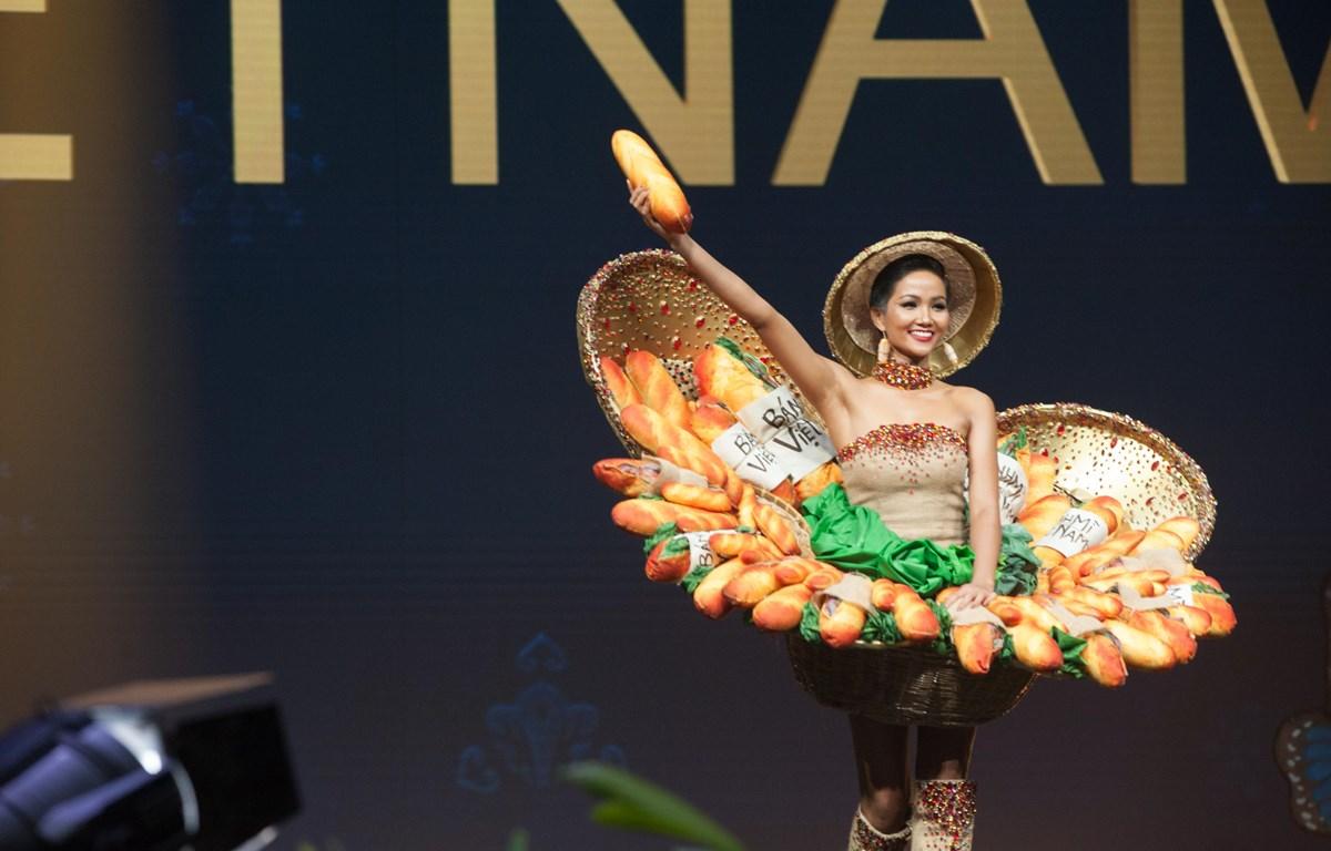 """Bộ trang phục """"Bánh mỳ"""" của H'Hen Niê tại Miss Universe 2018. (Ảnh: BTC)"""