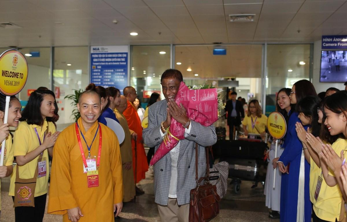 Bộ trưởng Bộ Phật giáo Sri Lanka Gamini Jayawickrema cảm động trước sự đón tiếp nồng hậu của Phật giáo nước chủ nhà tại sân bay sáng 11/5. (Ảnh: PV/Vietnam+)