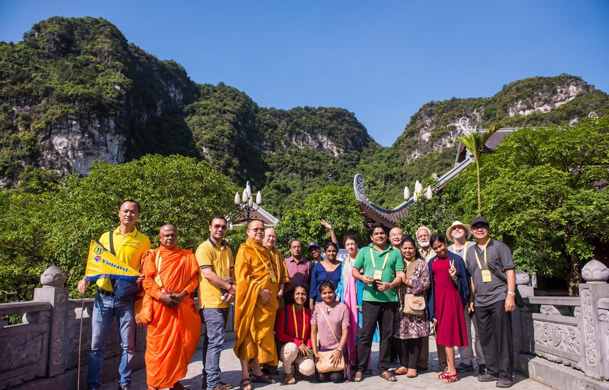 Đoàn đại biểu quốc tế hào hững thăm quan danh lam thắng cảnh Việt Nam sau Đại lễ. (Ảnh: PV/Vietnam+)