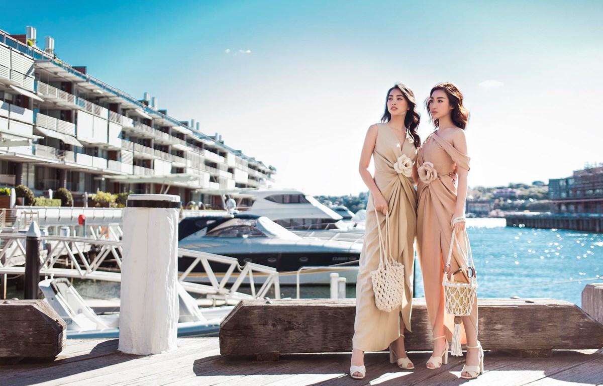 Hai Hoa hậu quyến rũ giữa bầu trời xanh ngắt Sydney. (Ảnh: Huy Nguyễn/Vietnam+)
