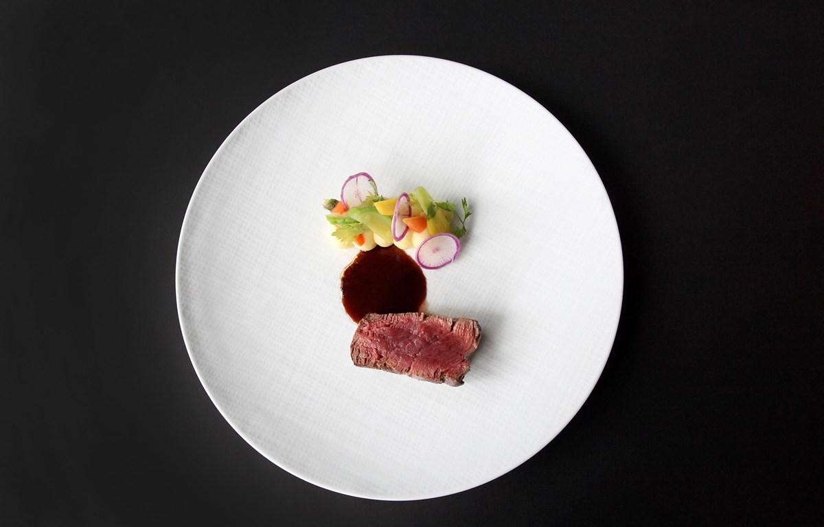 Le Boeuf Wagyu, món thăn bò mềm thượng hạng dùng kèm khoai tây và nấm truffle. (Ảnh: CTV)