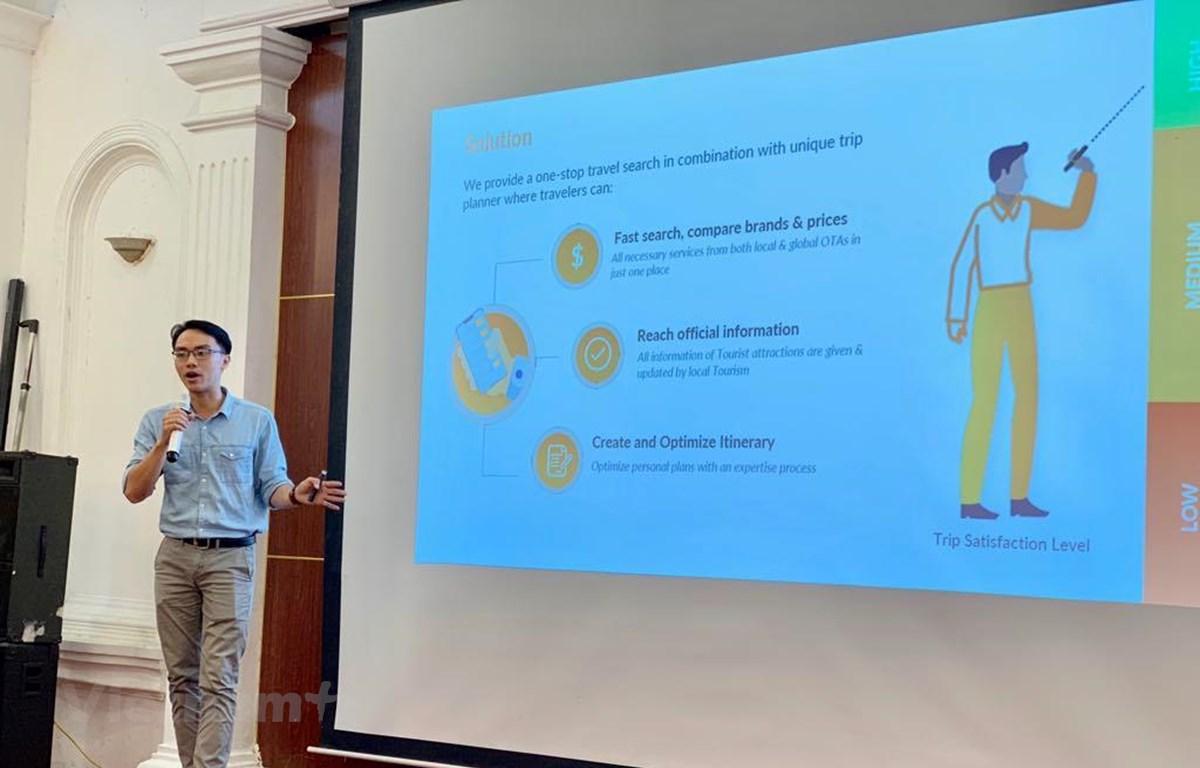 """Đại diện một nền tảng công nghệ du lịch thuyết trình dự án tại cuộc thi cuộc thi """"Doanh nghiệp khởi nghiệp sáng tạo ứng dụng công nghệ thông tin phát triển du lịch."""" (Ảnh: PV/Vietnam+)"""