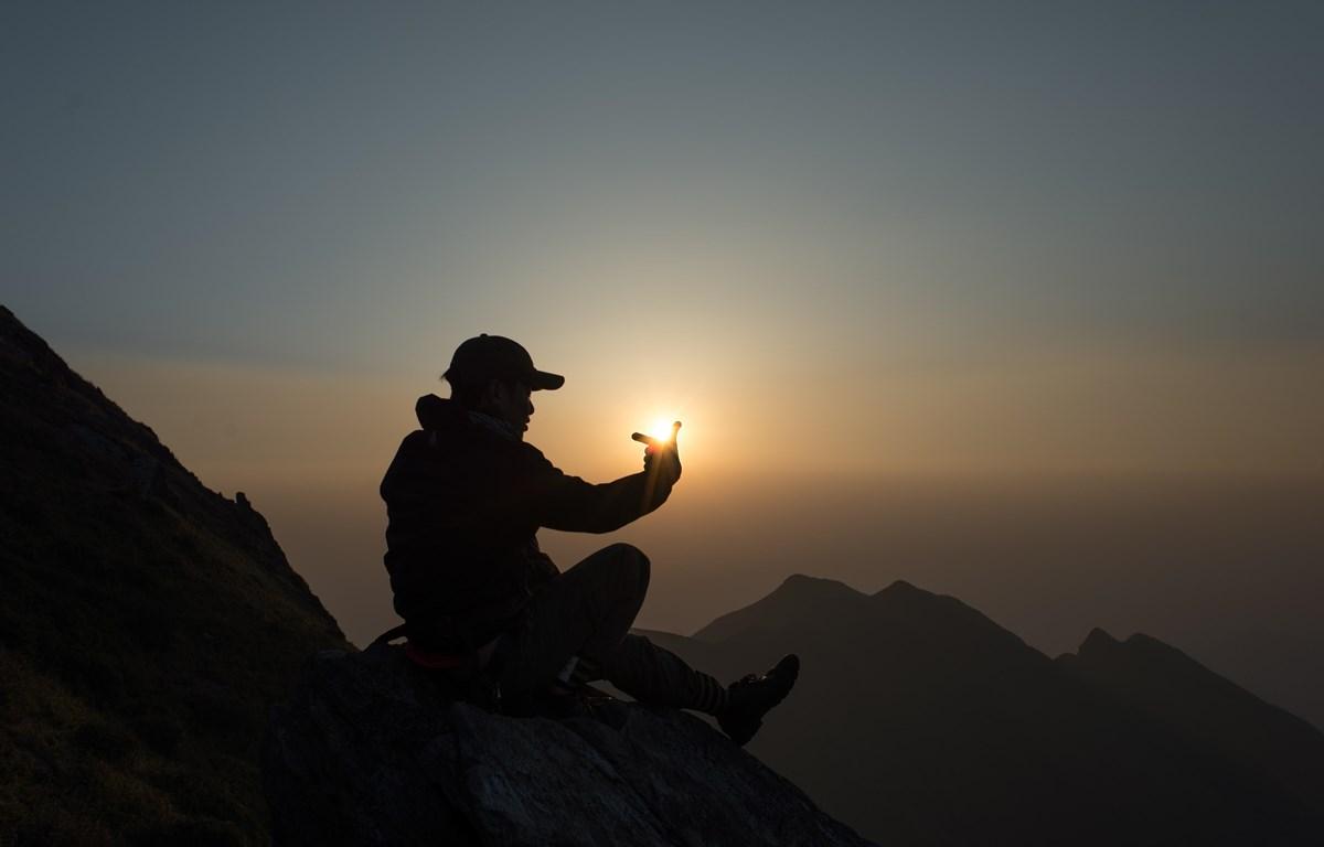 [Video] Băng qua những sống núi lộng gió mây bay trên đỉnh Tà Chì Nhù