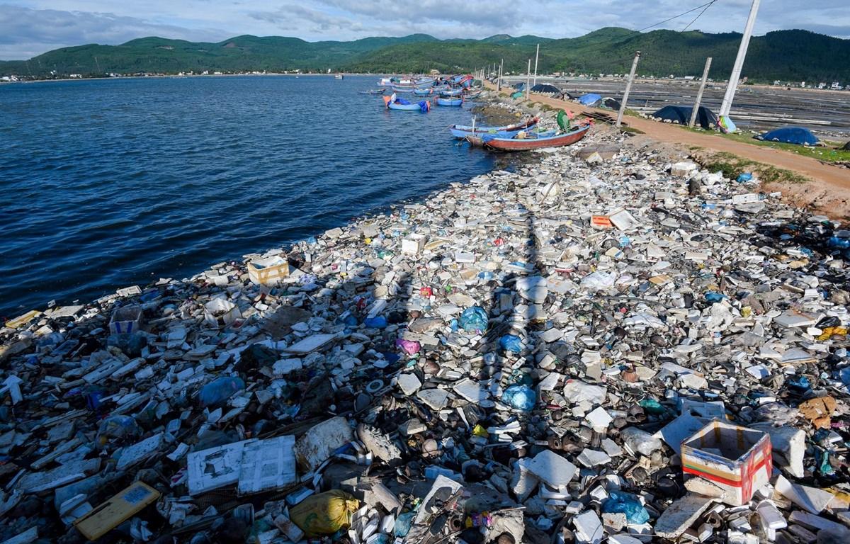 Một bờ biển ngập rác thải ở Việt Nam. (Ảnh: Lekima Hùng)