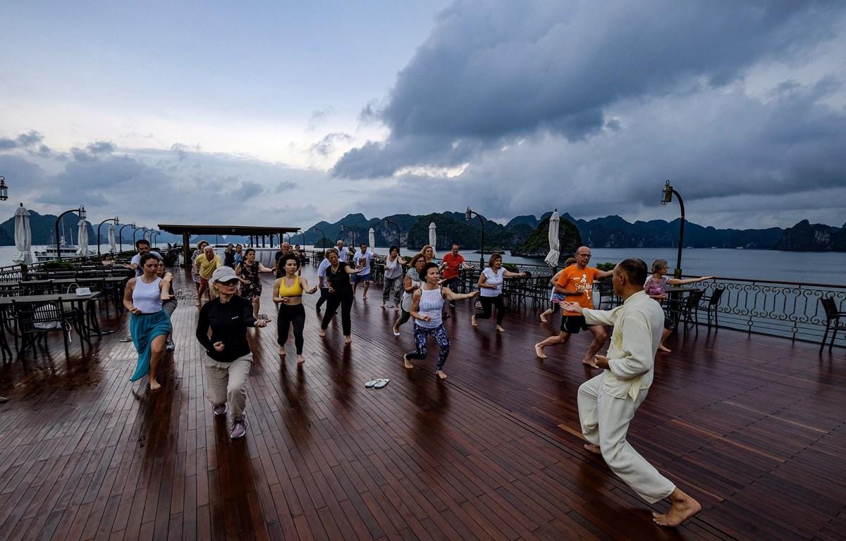 Du khách quốc tế tập Tachi trên du thuyền trong hành trình thăm quan Vịnh Hạ Long. (Ảnh: CTV)