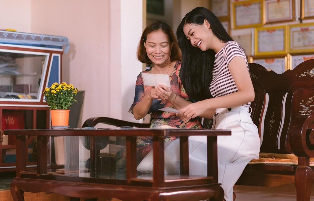 Hình ảnh mẹ Kiều Loan cùng xuất hiện với cô trong clip. (Ảnh: CTV/Vietnam+)