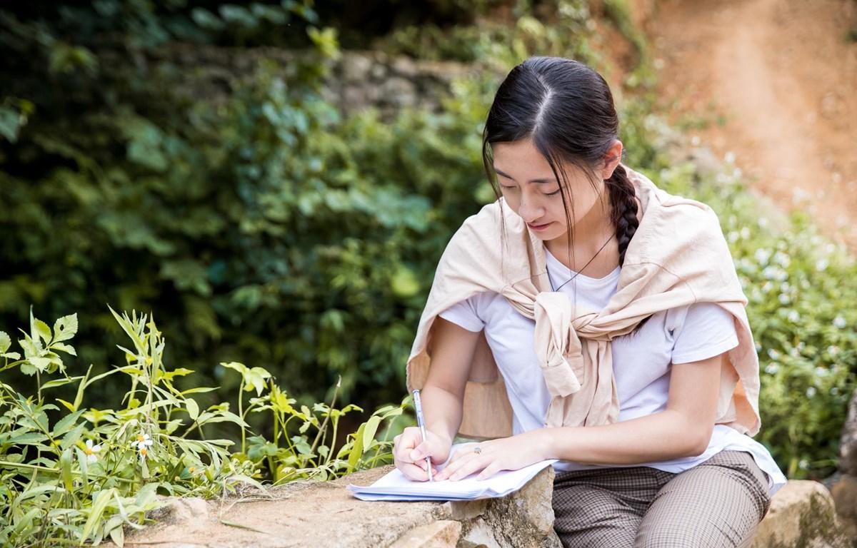 Lương Thùy Linh và bức thư viết tay đầy tâm huyết ngay trên quê hương Cao Bằng. (Ảnh: CTV/Vietnam+)