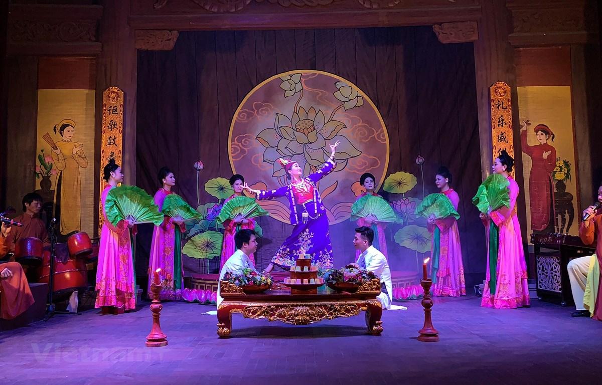 Một giá hầu đồng được tái hiện trên sân khấu của nhà hát chèo Nam Định. (Ảnh: Xuân Mai/Vietnam+)