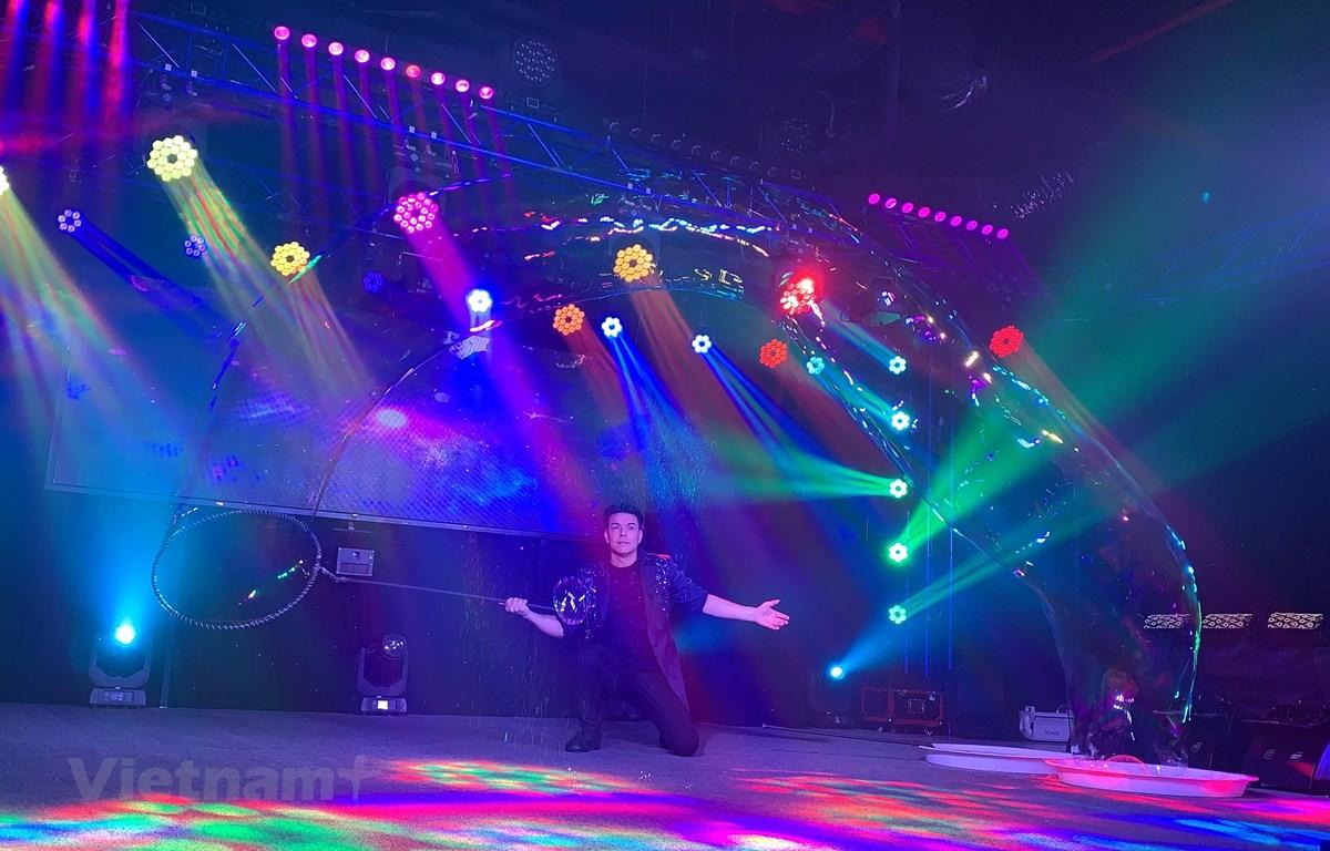 """Màn trình diễn trong chương trình """"Nghệ thuật Bubble Show."""" (Ảnh: Xuân Mai/Vietnam+)"""