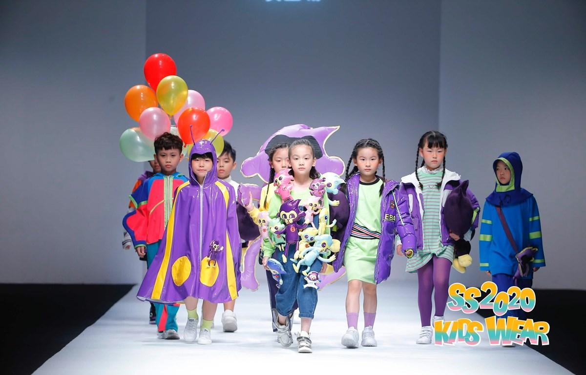 Dàn mẫu nhí Việt trình diễn bộ sưu tập sắc màu của thương hiệu thời trang ABAER. (Ảnh: Jundat/Vietnam+)