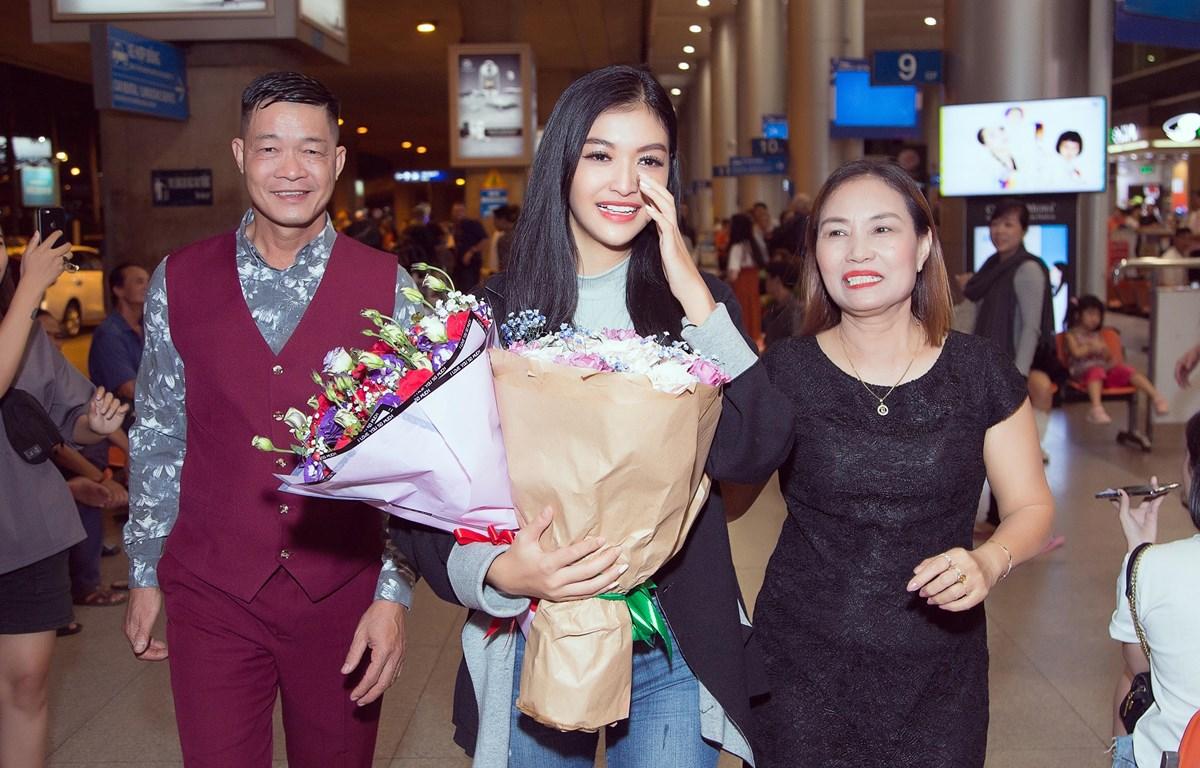 Kiều Loan trở về trong vòng tay đón chào của cha mẹ. (Ảnh: CTV/Vietnam+)