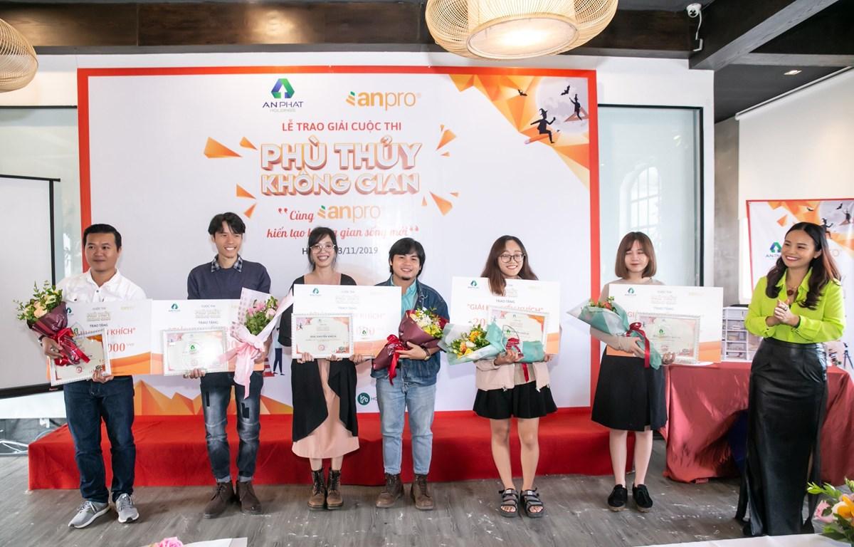 Các thí sinh đoạt giải cuộc thi. (Ảnh: CTV/Vietnam+)