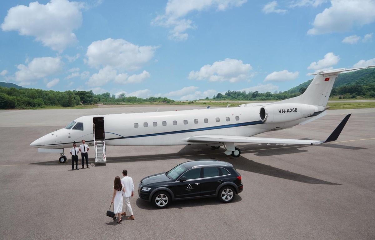 Dịch vụ đưa khách tới tận chân máy bay. (Ảnh: CTV/Vietnam+)