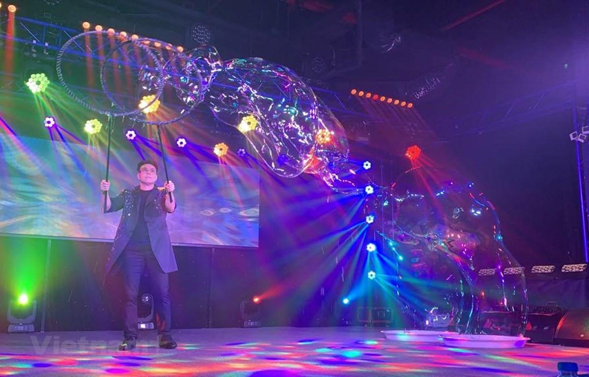 """Chương trình biểu diễn bong bóng nghệ thuật nổi tiếng của phù thủy Fan Yang là cái """"bắt tay"""" của Hiệp hội Du lịch Việt Nam với nghệ sỹ tài năng này trong việc góp phần quảng bá hình ảnh điểm đến Việt Nam. (Ảnh: Xuân Mai/Vietnam+)"""