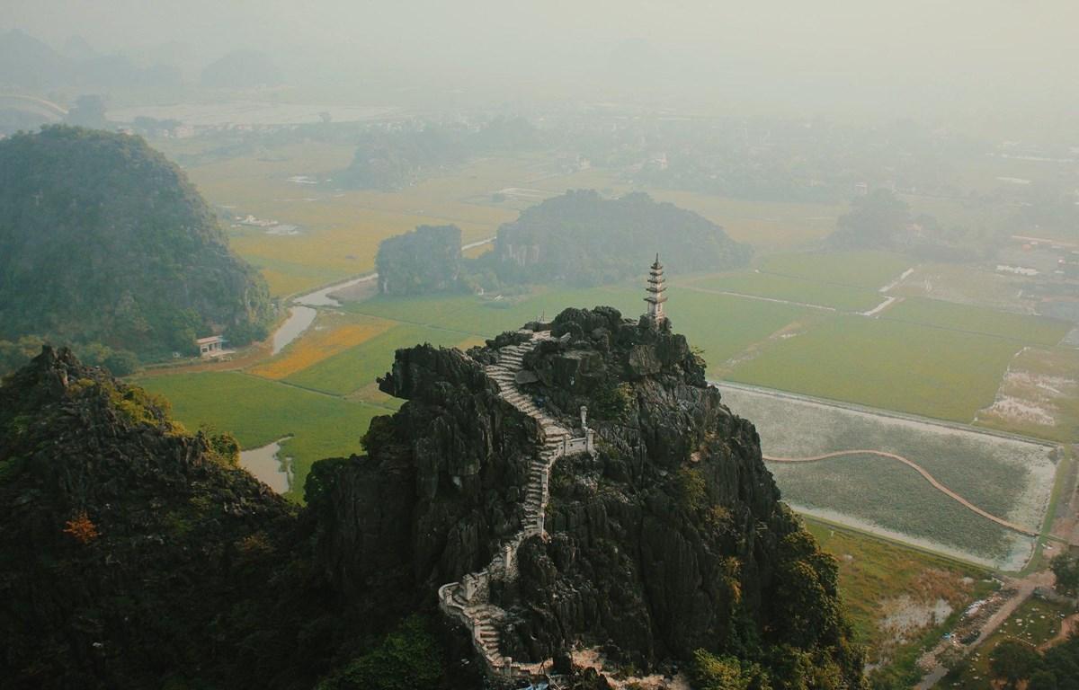 Toàn cảnh hang Múa nhìn từ trên cao. (Ảnh: CTV/Vietnam+)