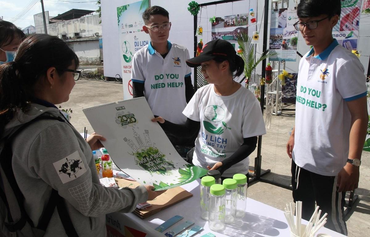 Tuyên truyền nâng cao ý thức bảo vệ môi trường tại sự kiện. (Ảnh: CTV/Vetnam+)