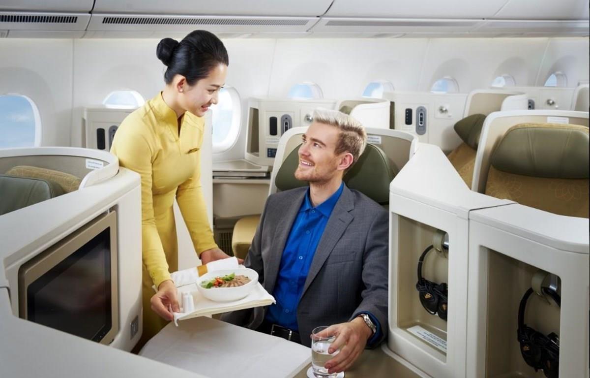 Du khách được phục vụ món phở trên chuyến bay của Vietnam Airlines. (Ảnh: CTV/Vietnam+)