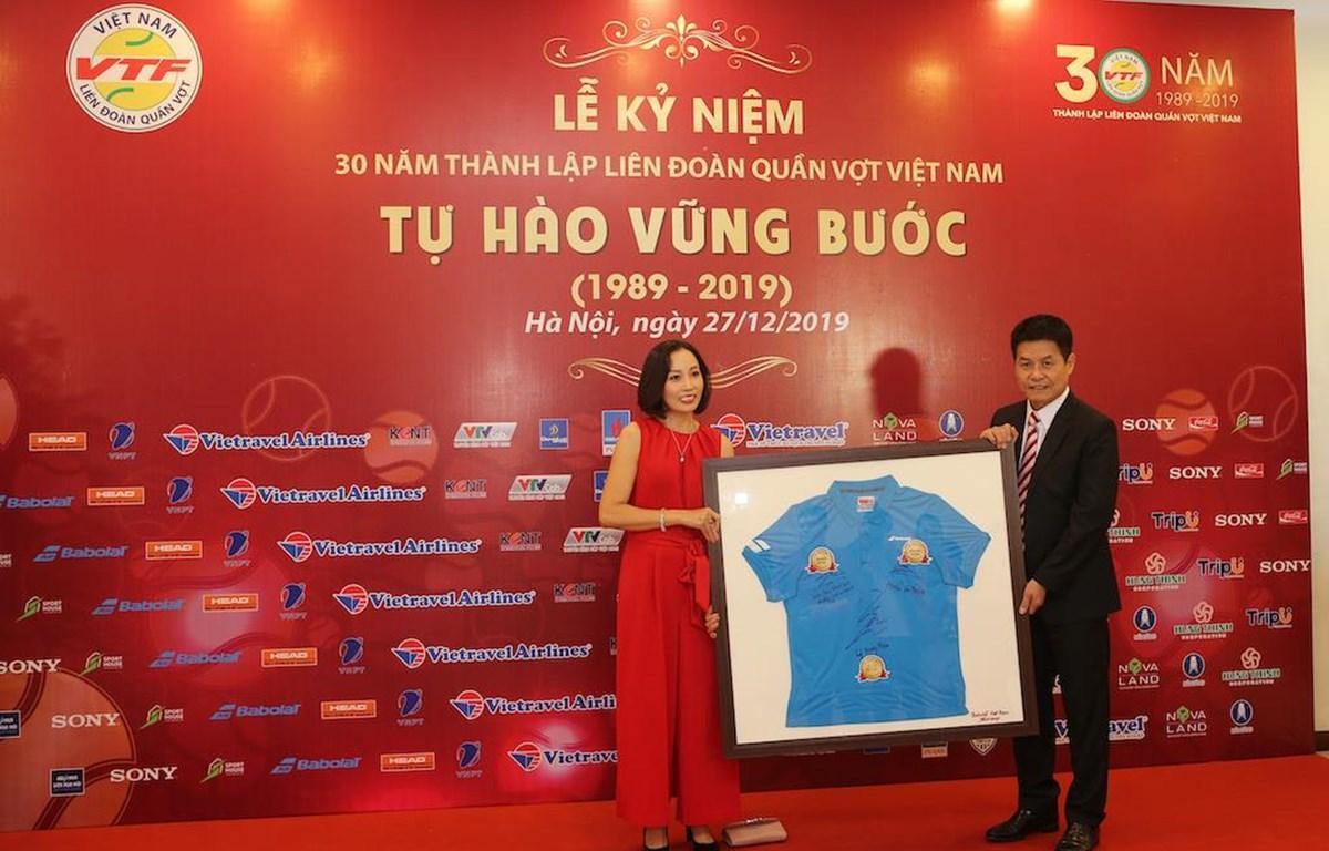 Ông Nguyễn Quốc Kỳ, Chủ tịch Liên đoàn Quần vợt Việt Nam nhận quà từ hãng Babolat Việt Nam. (Ảnh: CTV/Vietnam+)