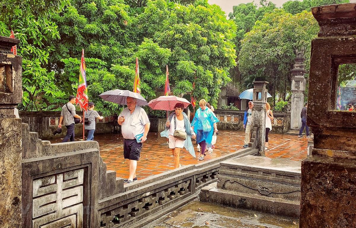 Du khách quốc tế thăm quan di tích ở Việt Nam. (Ảnh: Xuân Mai/Vietnam+)