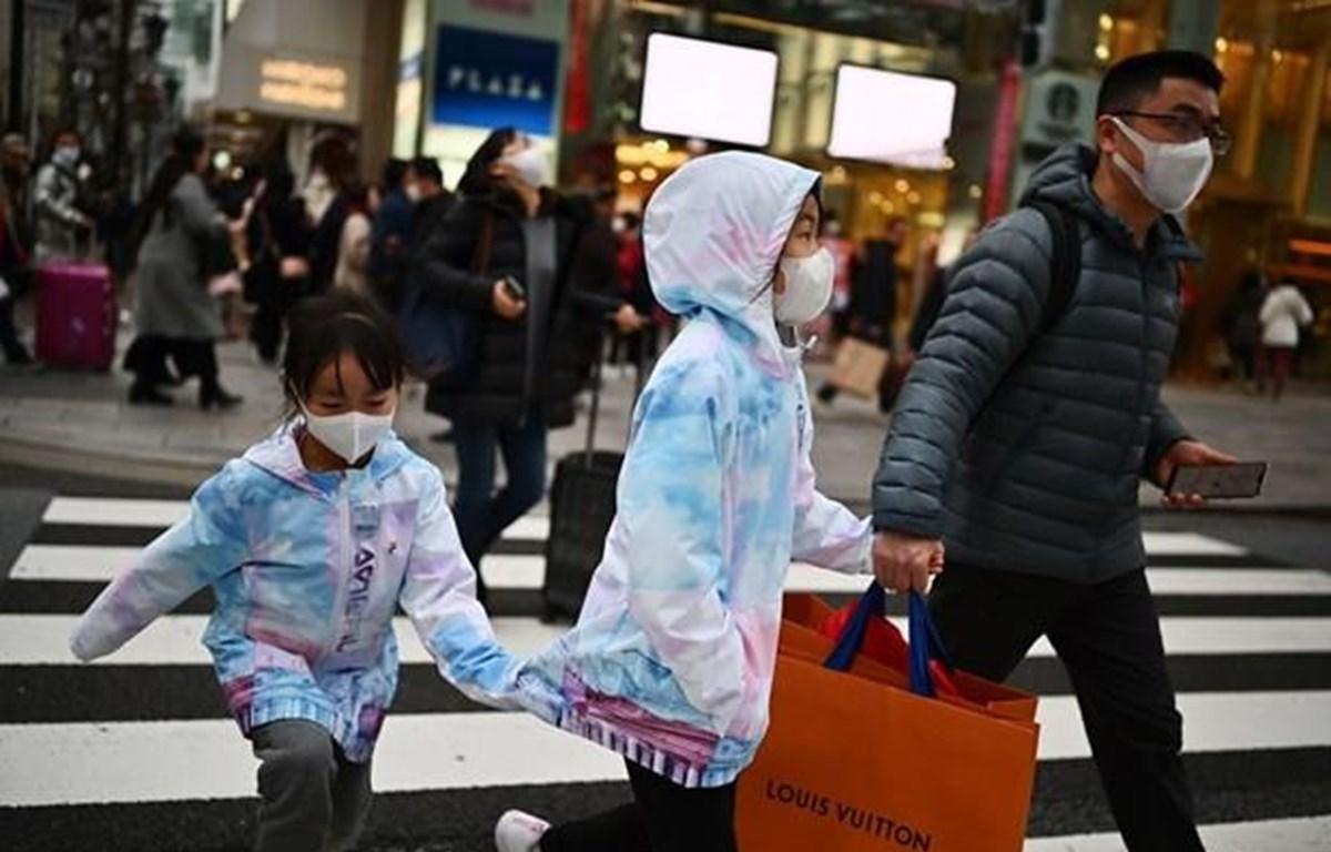 Người đi bộ đeo khẩu trang bảo vệ ở Tokyo. (Nguồn: Getty Images)