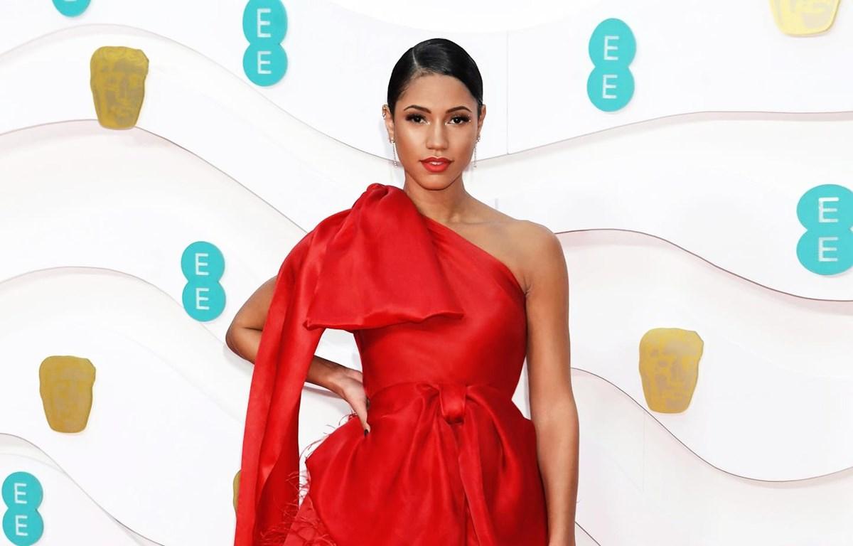 Vick Hope, người dẫn dắt Thảm đỏ BAFTA 2020 đã diện trang phục đỏ tươi vô cùng bắt mắt này của Trần Hùng. (Ảnh: CTV/Vietnam+)