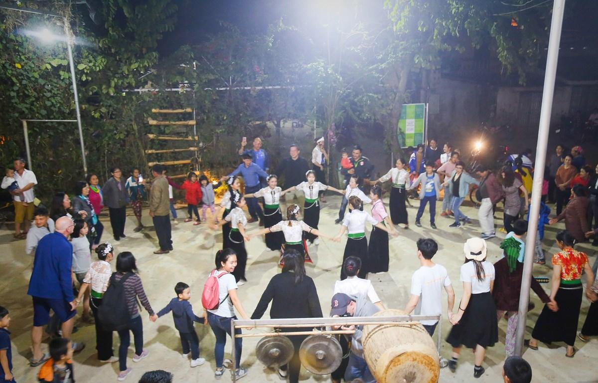 Văn hóa xòe đã trở thành món ăn tinh thần không thể thiếu và găm sâu vào tiềm thức bao thế hệ đồng bào người Thái. (Ảnh: CTV/Vietnam+)
