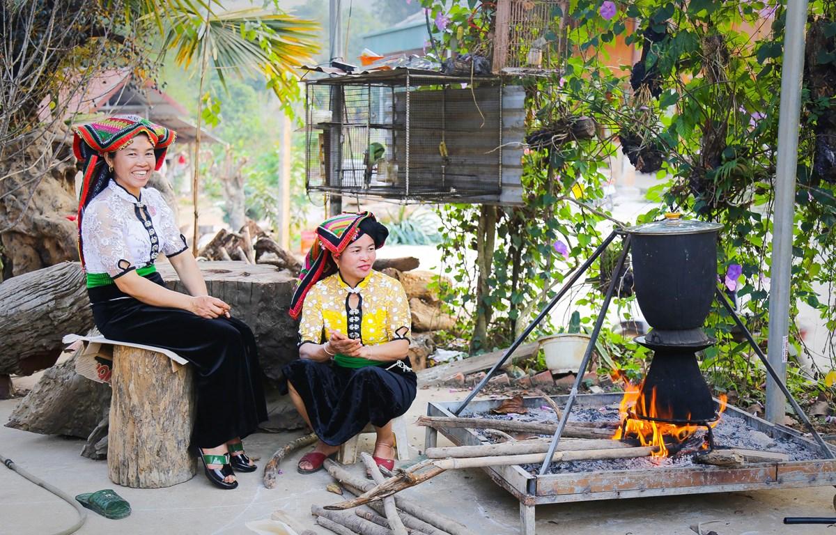 Phụ nữ thái nấu món xôi ngũ sắc truyền thống. (Ảnh: CTV/Vietnam+)