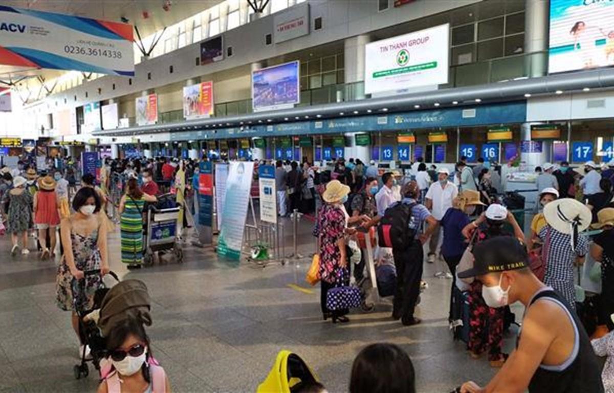 Hành khách làm thủ tục gửi hành lý, kiểm tra vé trước giờ ra tàu bay tại sân bay Đà Nẵng.(Ảnh: Trần Lê Lâm/TTXVN)