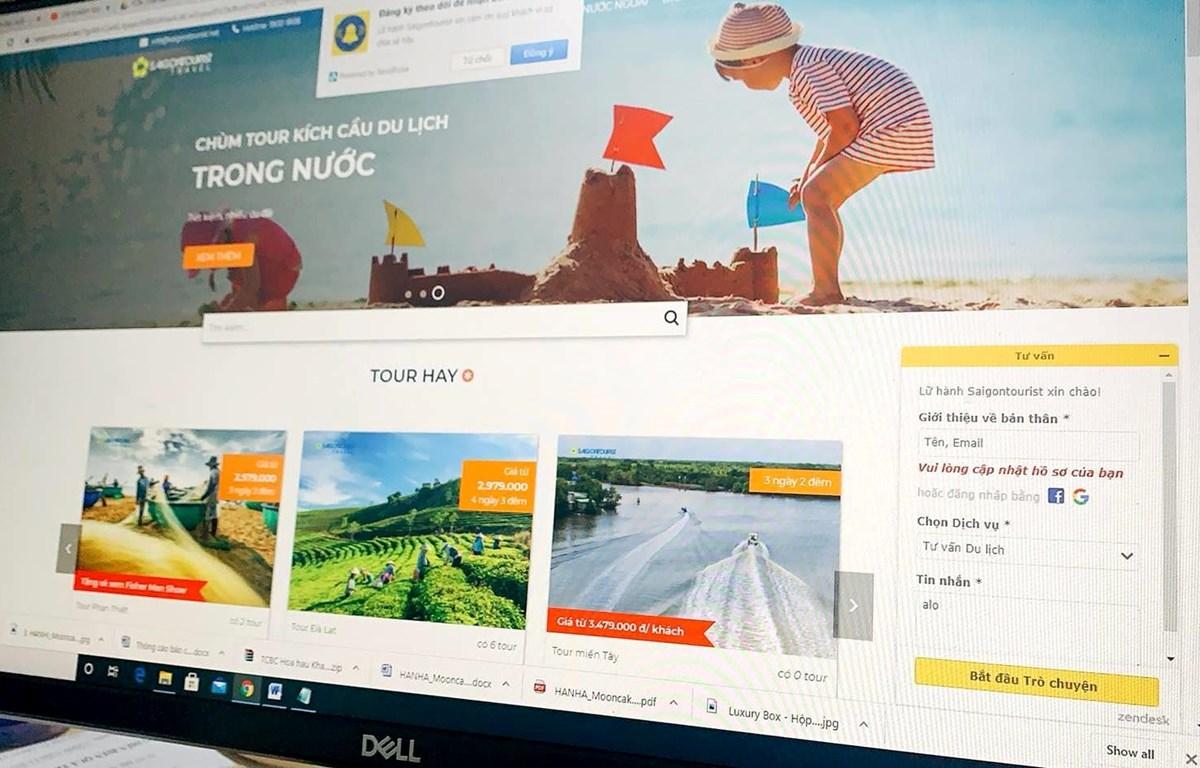 Lữ hành Saigontourist đang sử dụng chatbot (trò chuyện tự động) trên trang web. (Ảnh: PV/Vietnam+)