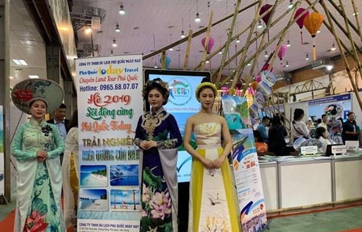 Hình ảnh tà áo dài Việt Nam luôn xuất hiện tại hội chợ VITM Hanoi 2019. (Ảnh: M.Mai/Vietnam+)