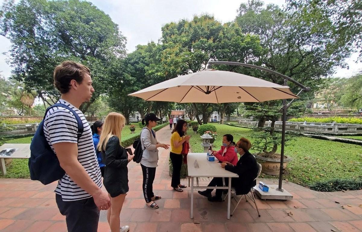 Du khách quốc tế tham quan Văn Miếu-Quốc Tử Giám trước thời điểm bùng phát dịch COVID-19. (Ảnh: Bùi Huy Hoàng/Vietnam+)