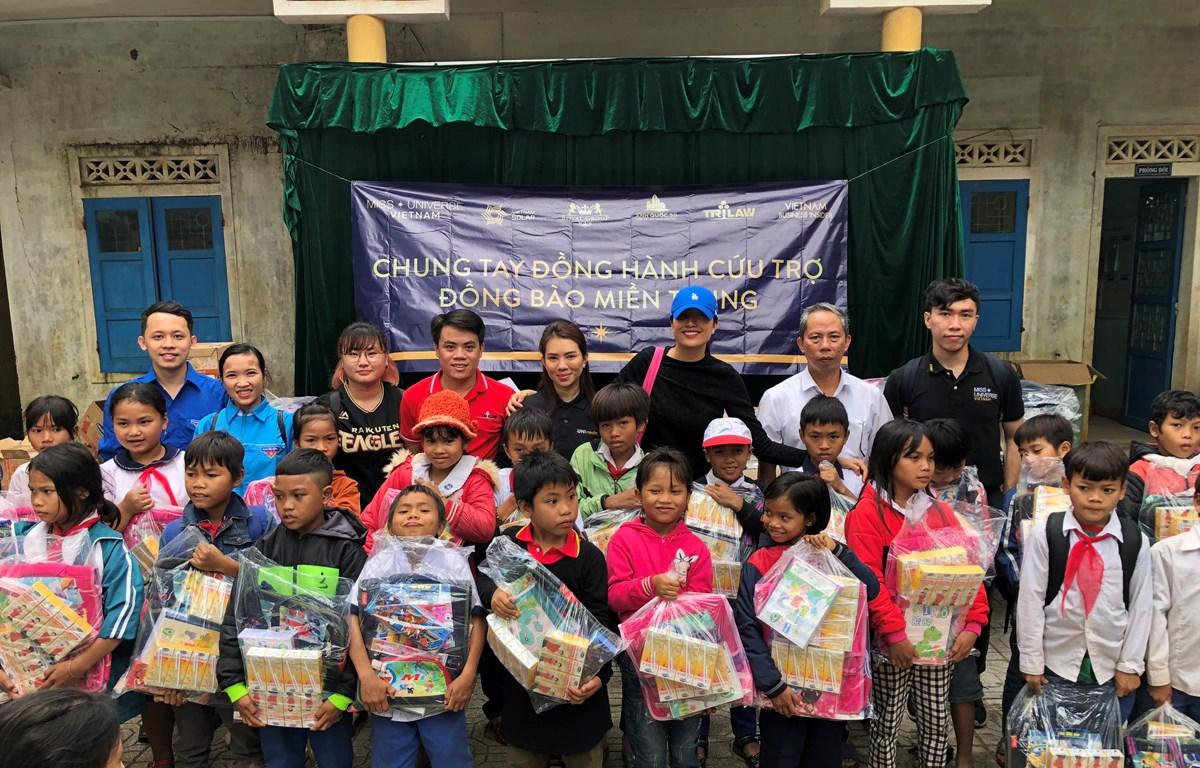 Đoàn thiện nguyện đến với các em nhỏ Quảng Trị. (Ảnh: CTV/Vietnam+)