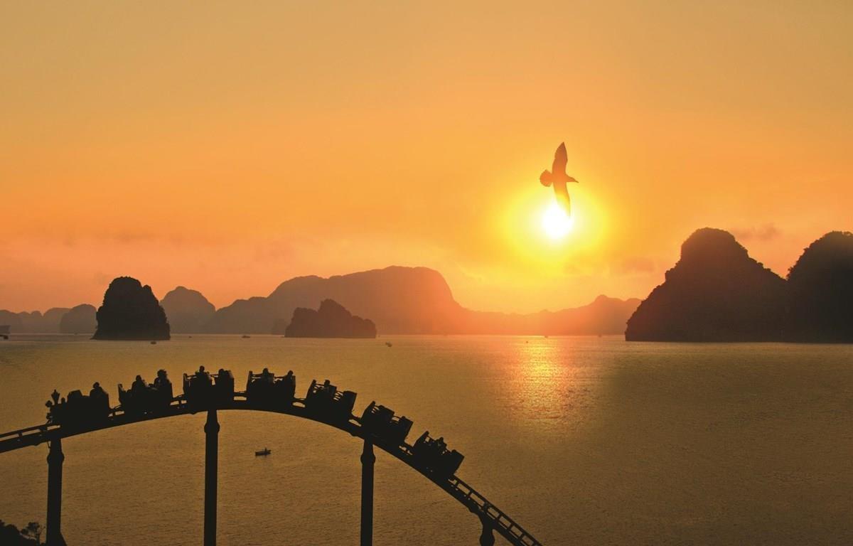 Hoàng hôn ấn tượng trên vịnh Hạ Long. (Ảnh: Diệu Hương/Vietnam+)