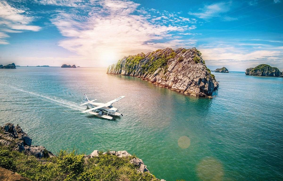Khám phá bức tranh tuyệt đẹp di sản vịnh Hạ Long bằng thủy phi cơ là một trải nghiệm vô cùng thú vị. (Ảnh: CTV/Vietnam+)