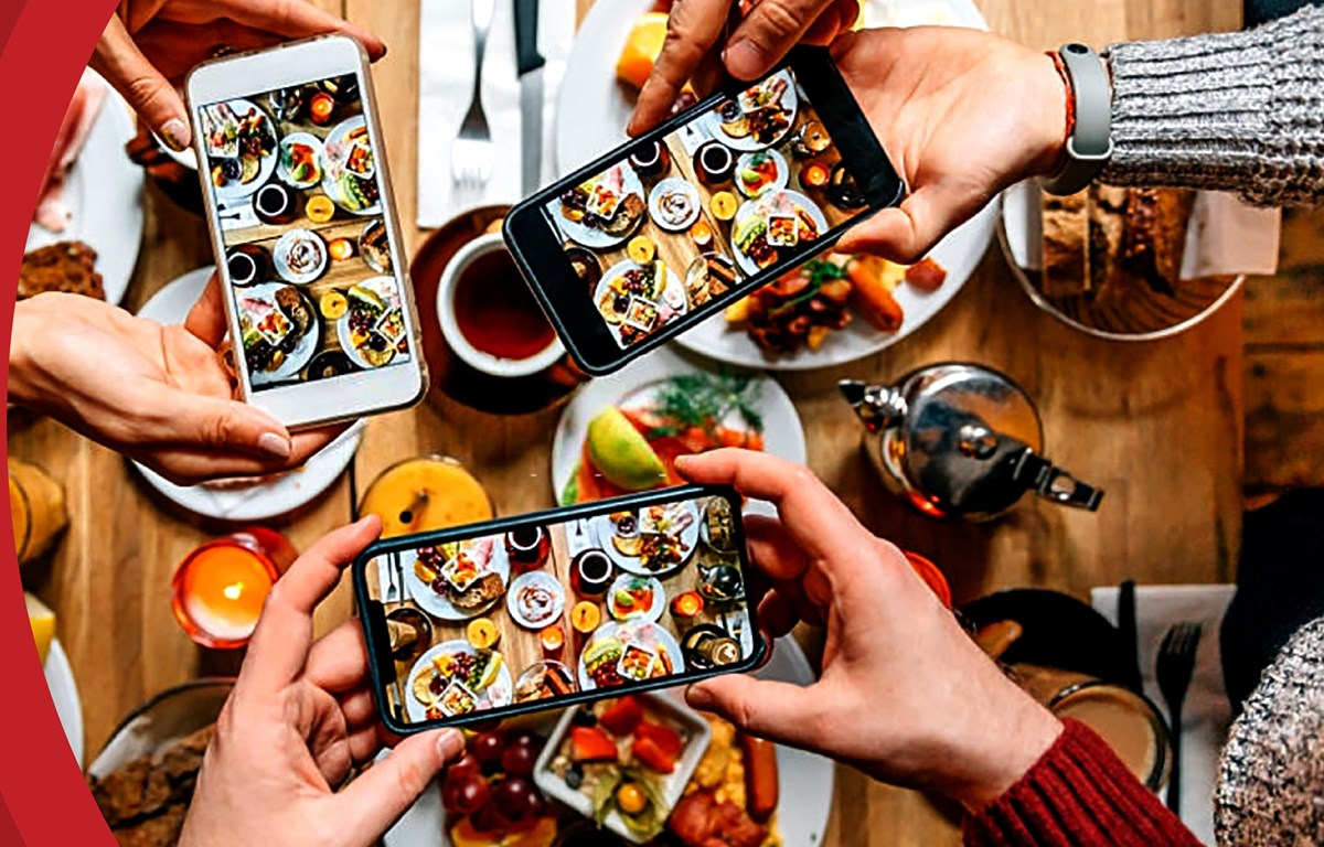 Smartphone trong xã hội hiện đại đã trở thành phương tiện kết nối và cung cấp thông tin nhanh chóng, hiệu quả cho hàng tỷ du khách khắp nơi trên thế giới. (Ảnh minh họa: CTV/Vietnam+)