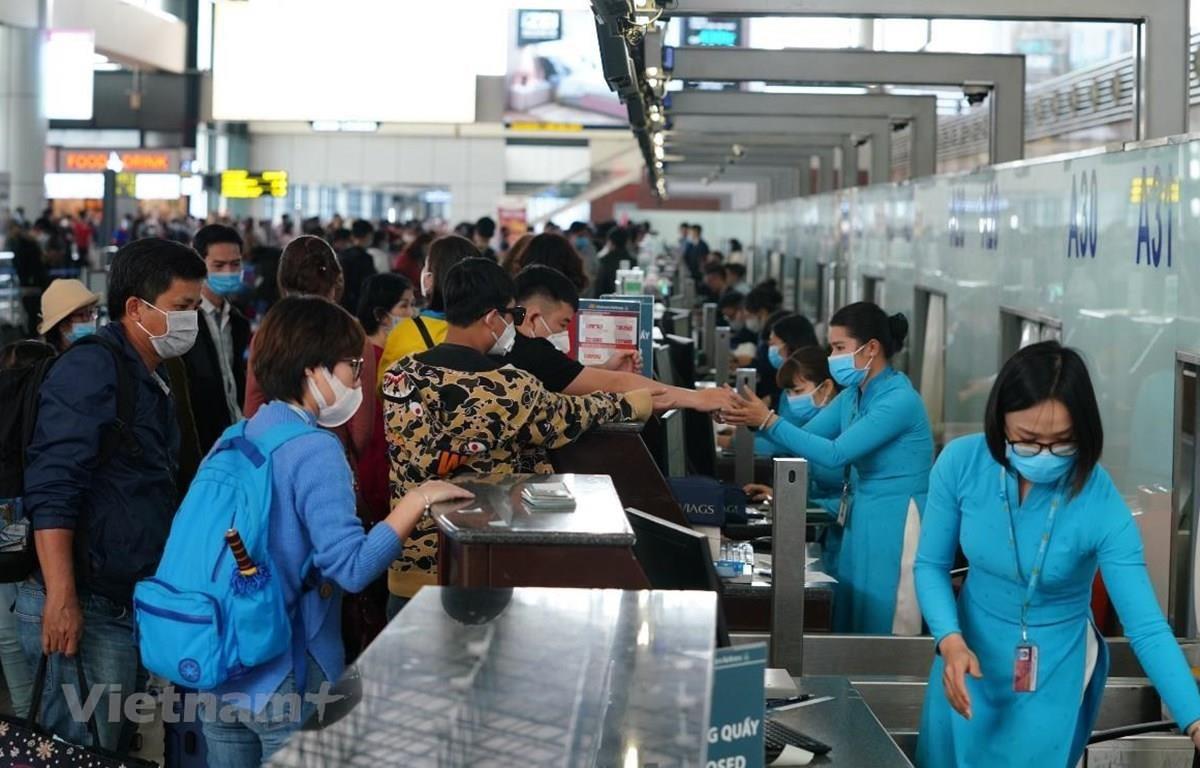Khách làm thủ tục check-in sân bay mùa dịch. (Nguồn ảnh: Vietnam+)