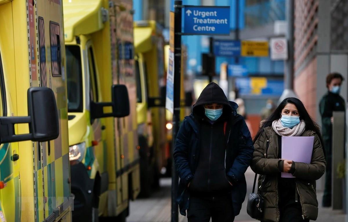 Người dân đeo khẩu trang phòng lây nhiễm COVID-19 tại London, Anh, ngày 26/1. (Ảnh: THX/TTXVN)