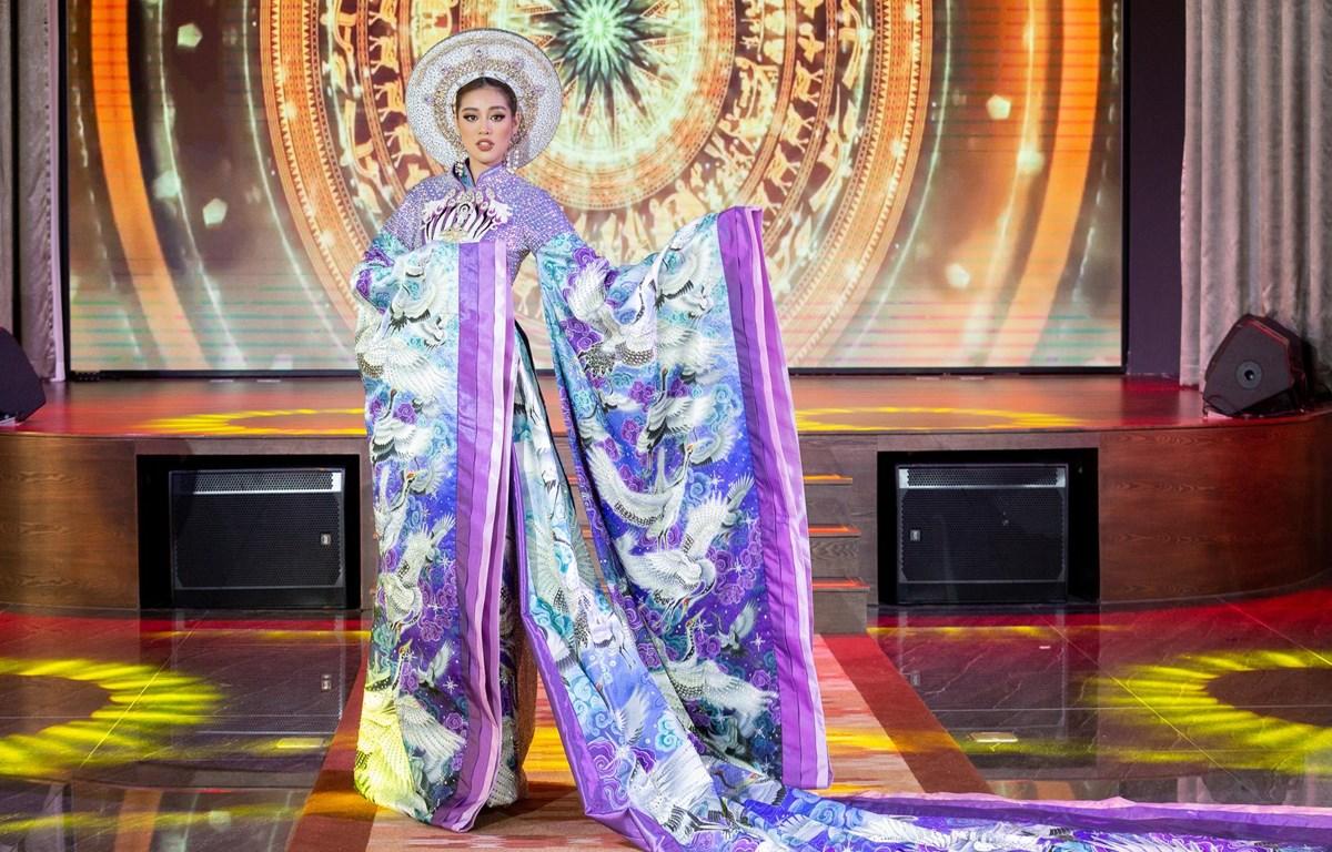 Hoa hậu Khánh Vân trải nghiệm phần thi trang phục áo dài giống như đêm thi thực sự. (Ảnh: Thiên An/Vietnam+)