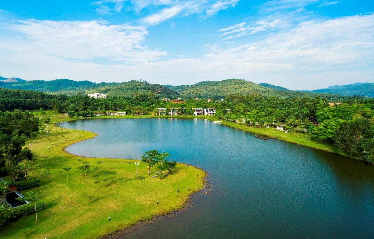 Du lịch gần gũi với thiên nhiên là lựa chọn được du khách ưa thích thời điểm này. (Ảnh: CTV/Vietnam+)