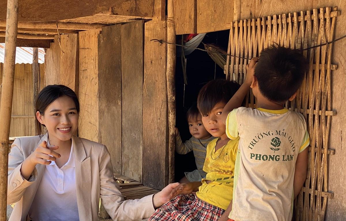 Hoa hậu Đỗ Thị Hà gặp trẻ em ở huyện Nam Trà My. (Ảnh: CTV/Vietnam+)