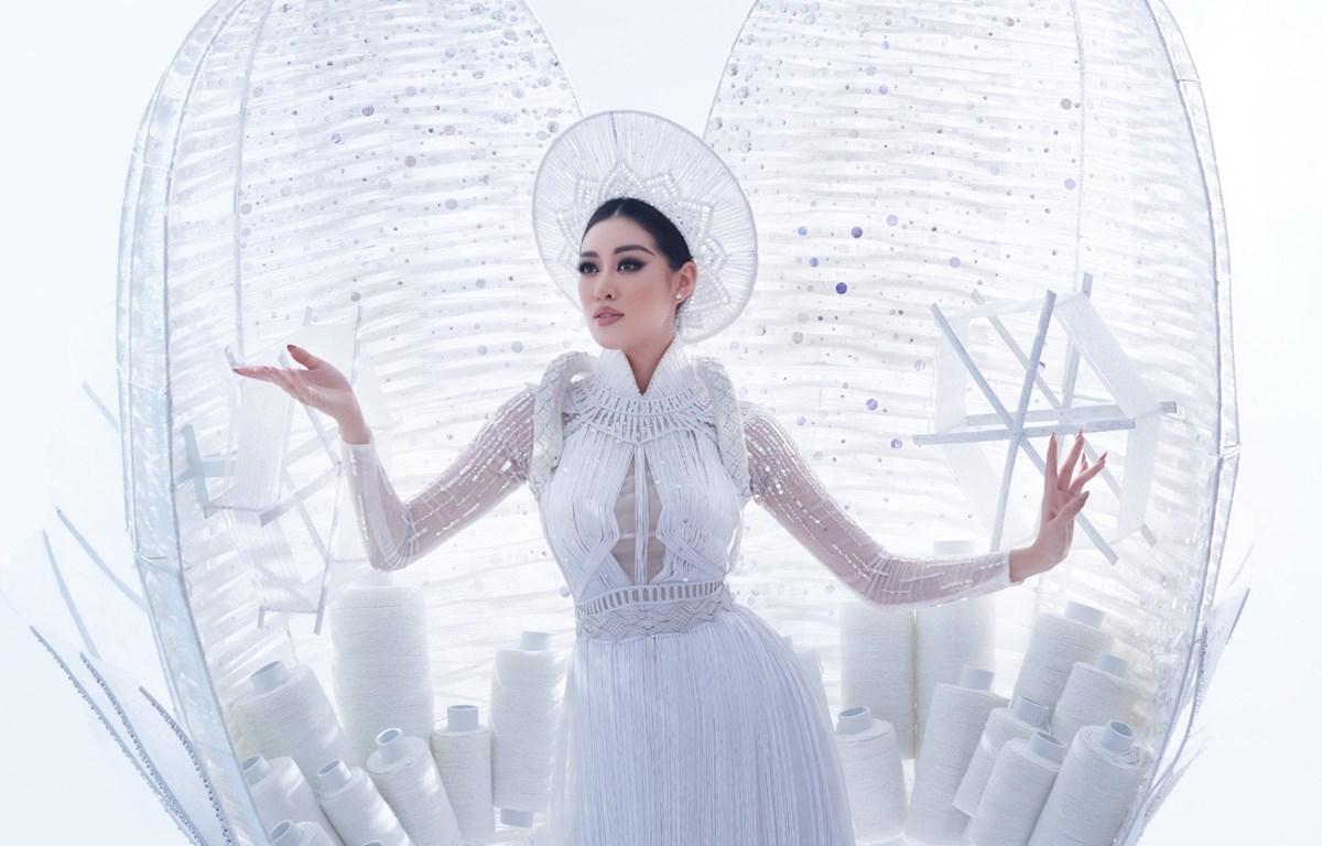 Khánh Vân đã sẵn sàng để trình diễn trang phục dân tộc 'Kén Em.' (Ảnh: CTV/Vietnam+)