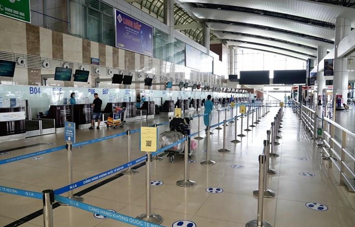 """Sân bay Nội Bài """"vắng như chùa Bà Đanh"""" trong đợt dịch COVID-19 tái bùng phát. (Ảnh: CTV/Vietnam+)"""