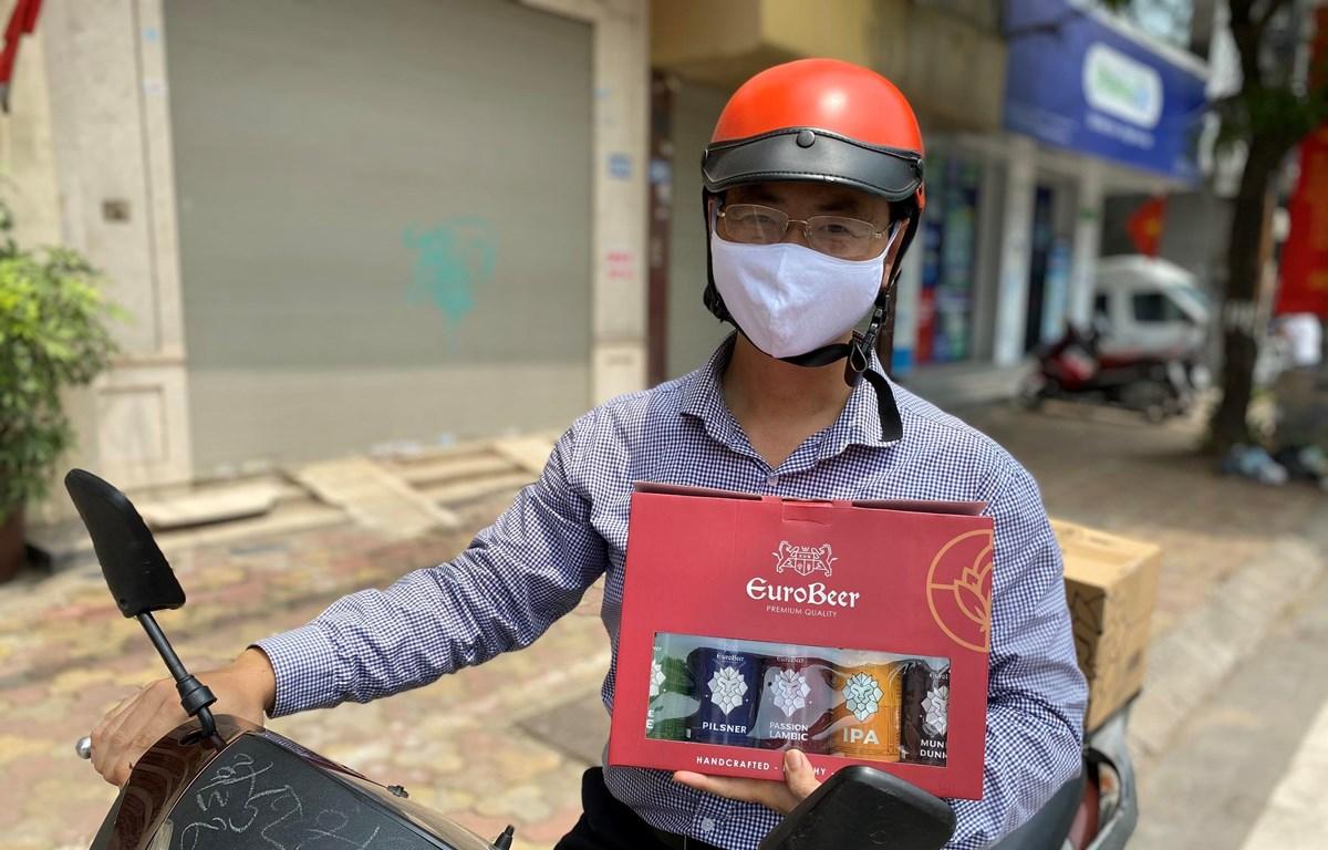 CEO Nguyễn Tiến Đạt đi ship bia cho khách hàng. (Ảnh: NVCC)